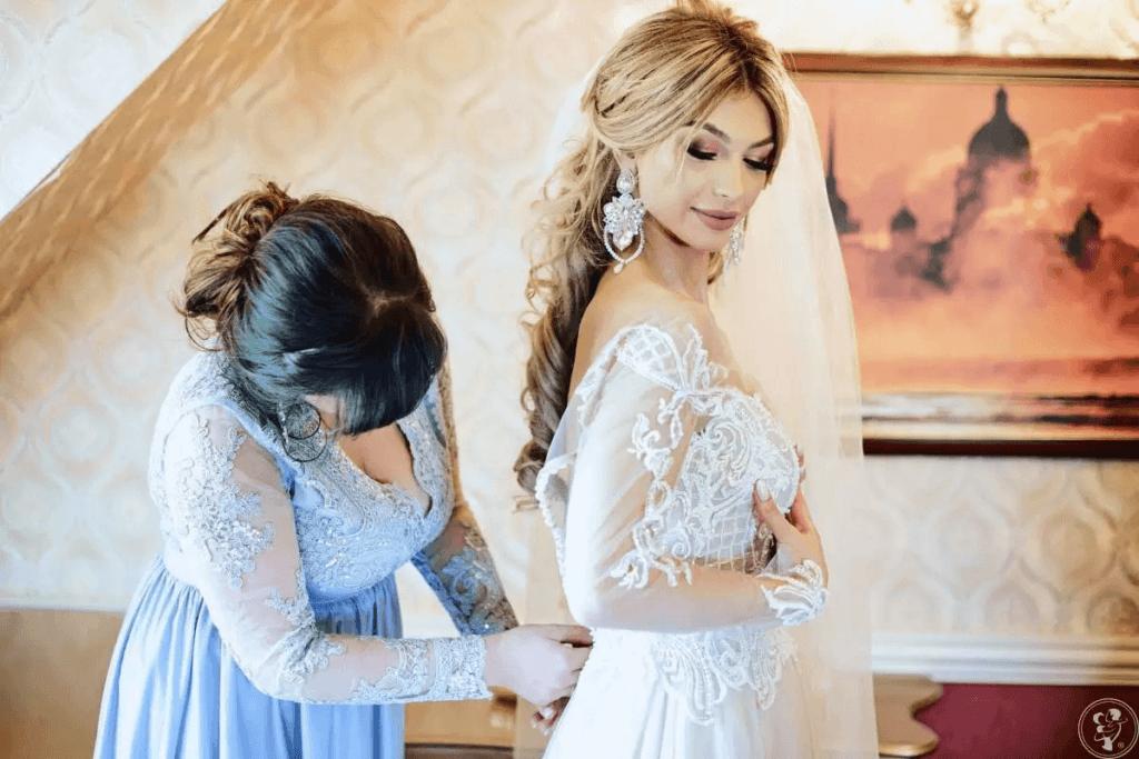 niebieska koronkowa sukienka na wesele dla 50- latki
