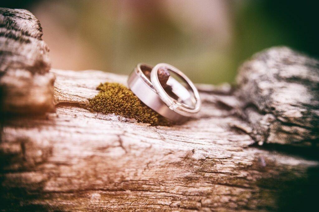 Nietypowe obrączki ślubne dla kobiety i mężczyzny