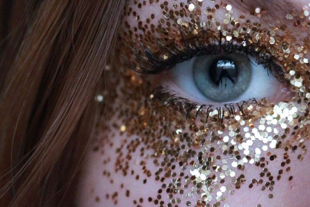 Makijaż z brokatem złotym