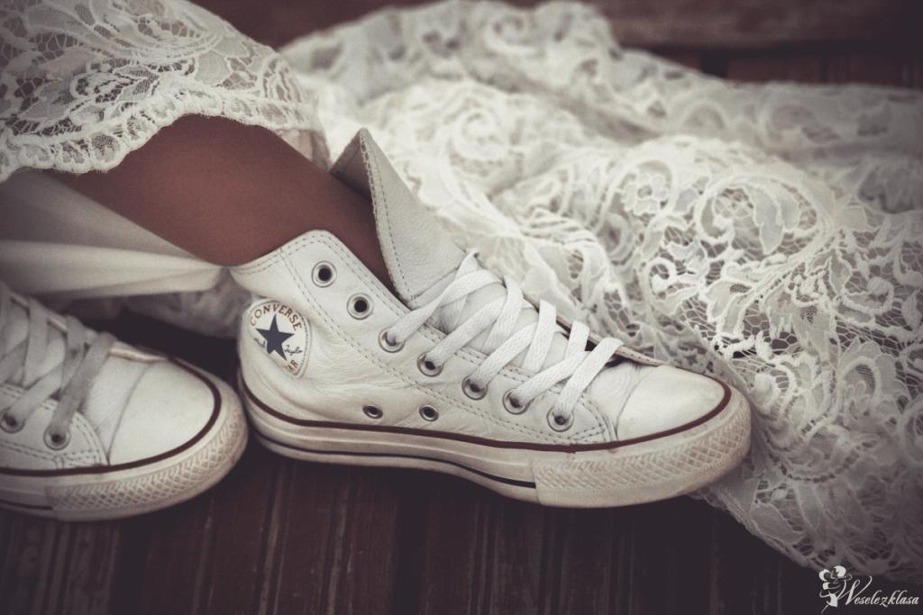 klasyczne białe trampki ślubne do koronkowej sukni