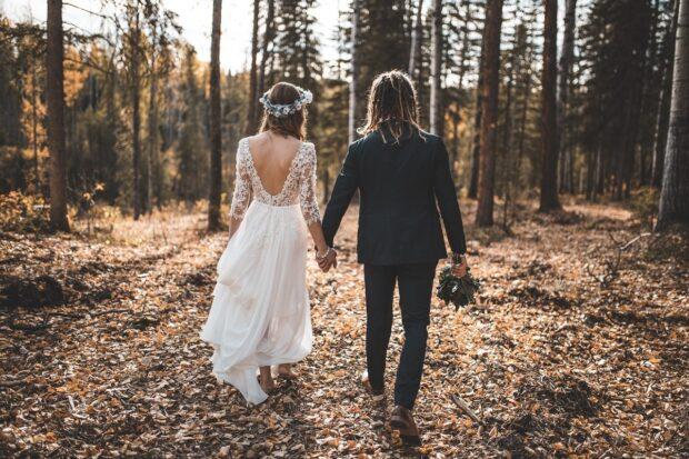 Oszałamiająca suknia ślubna – odkryte plecy to podstawa!