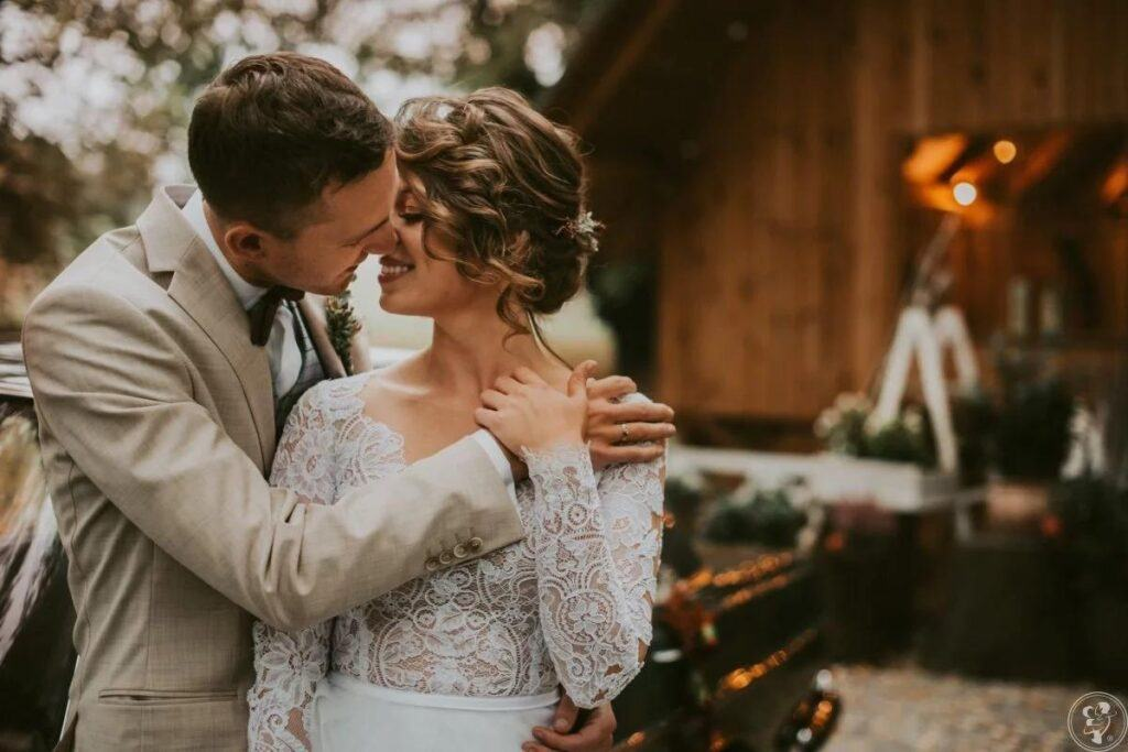 panna młoda w koronkowej sukni ślubnej z długim rękawem w stylu romantycznym