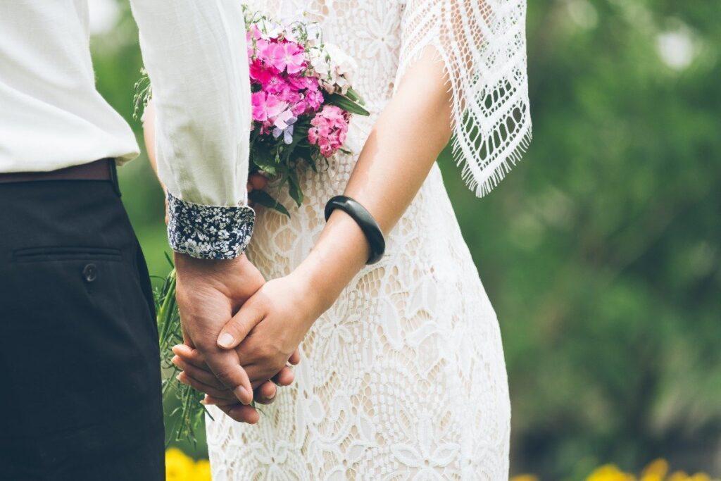 zwiewna i delikatna suknia ślubna koronka boho