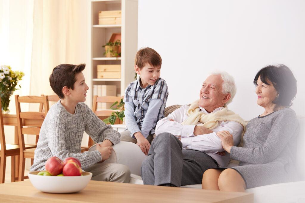 wspólne spędzanie czasu wnuków z babcią i dziadkiem