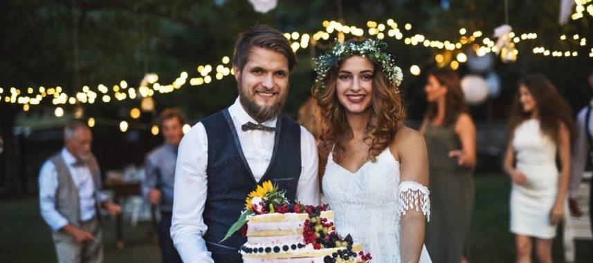 Piosenka na tort weselny – jaką wybrać, aby idealnie pasowała do motywu i stylu wesela?