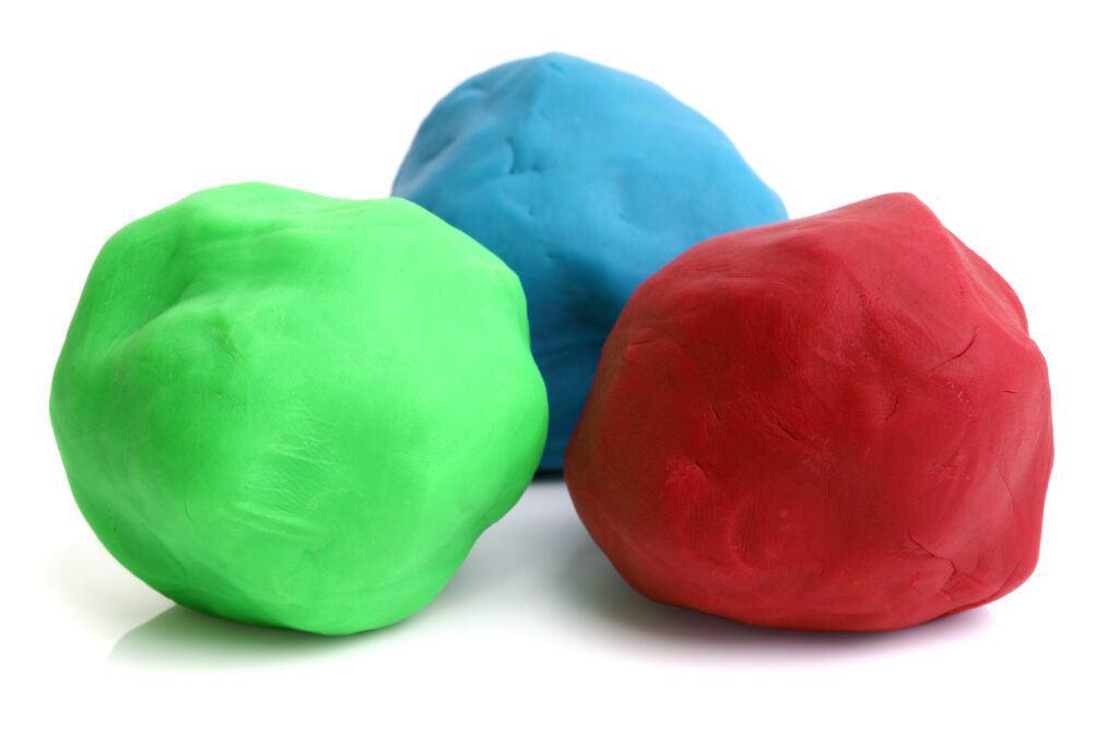 kolorowe kulki wykonane z plasteliny albo slime