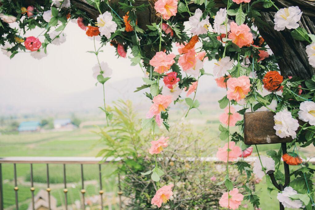 dekoracja kwiatowa na wesele w formie łuku ślubnego