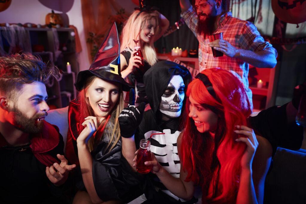 osoby przebrane w stroje na halloween