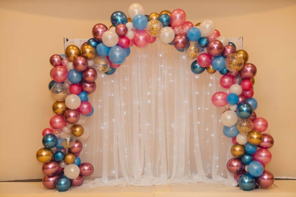łuk ślubny z balonów jako dekoracja sali weselnej