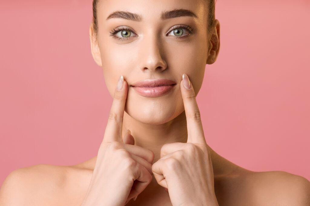 uśmiechająca się kobieta w naturalnym makijażu