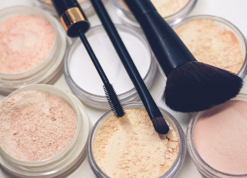 Zestaw kosmetyków i przyborów do wykonania makijażu