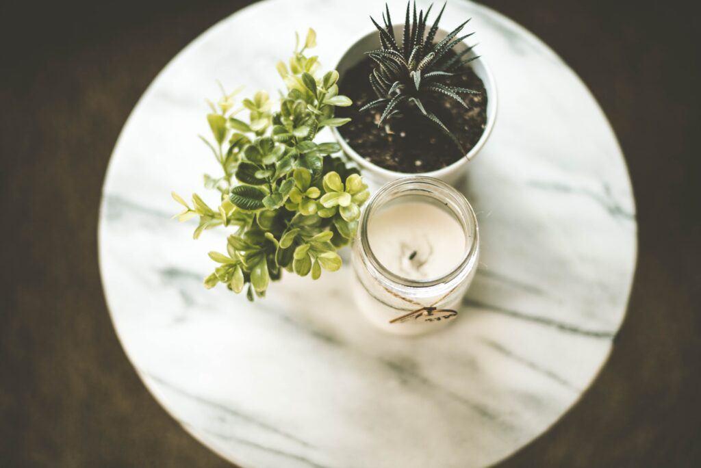 świeca i kwiaty na stoliku