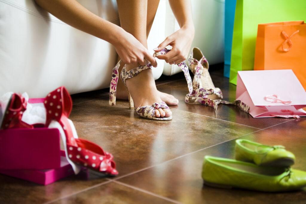 kobieta przymierza różne rodzaje butów