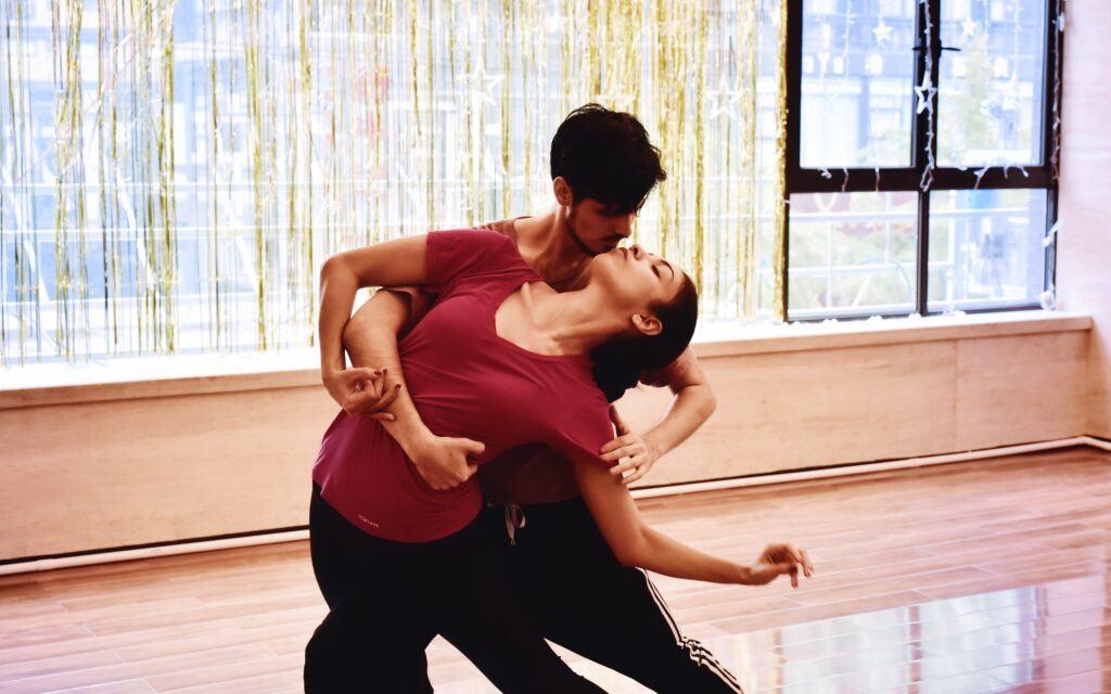 para tańczy na sali tanecznej