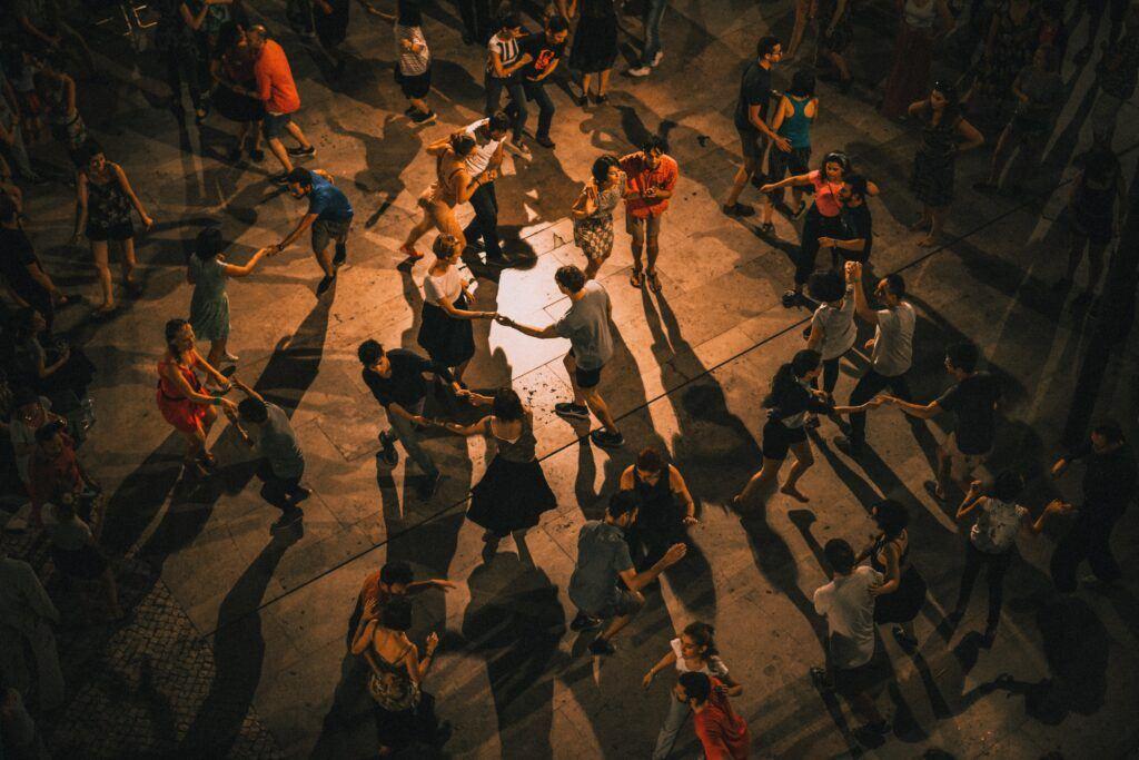 ludzie tańczący na weselu