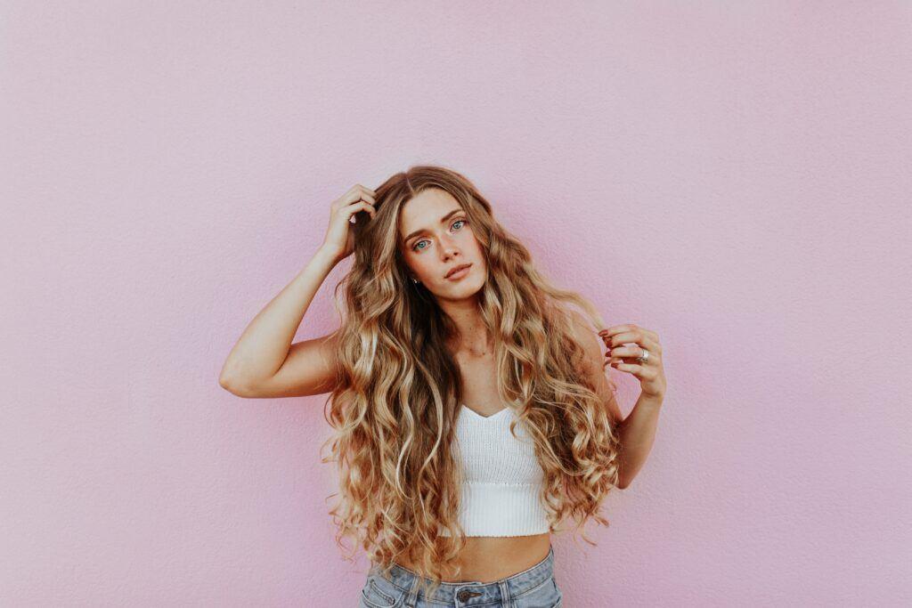 kobieta z długimi kręconymi włosami