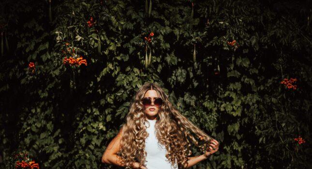 Jak zakręcić włosy - sprawdzone sposoby na piękne loki i romantyczne fale!