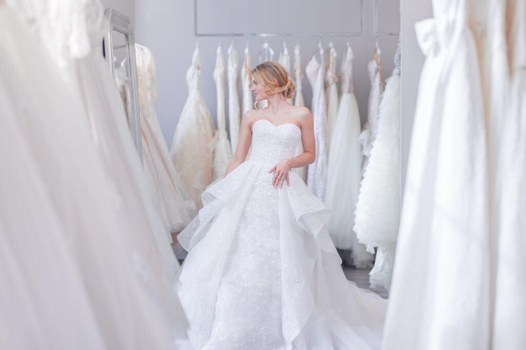 Panna młoda zastanawiająca się nad wyborem sukni: nowa czy używana suknia ślubna?