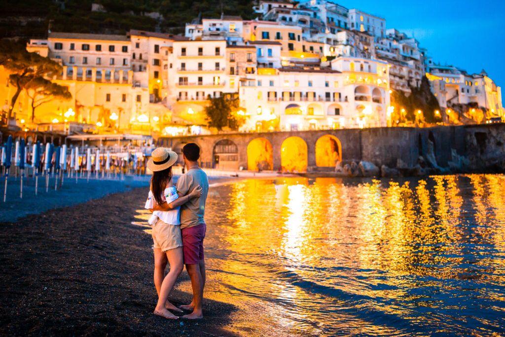Szczęśliwa para na Wybrzeżu Amalfitańskim - w idealnym miejscu na ślub we Włoszech