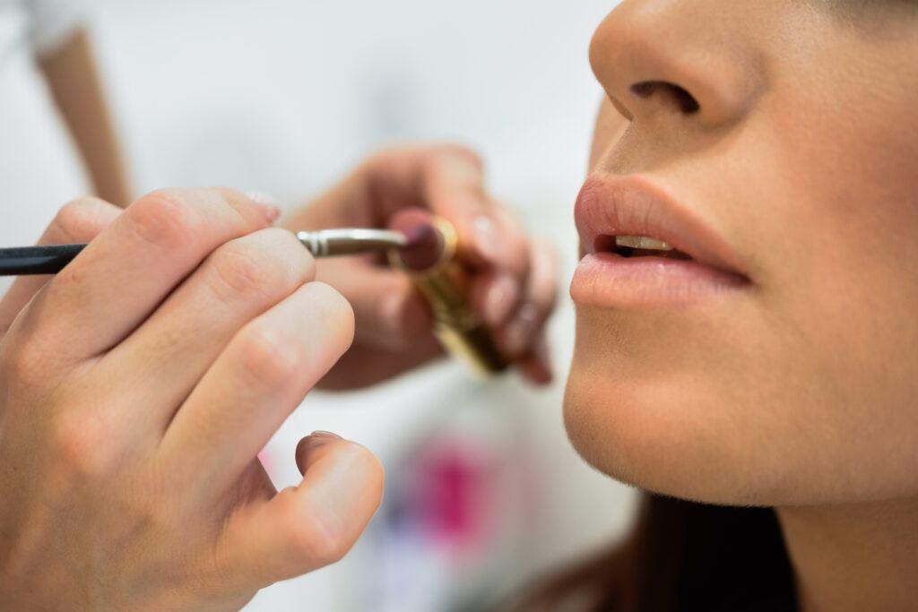 malowanie ust pędzelkiem i szminką
