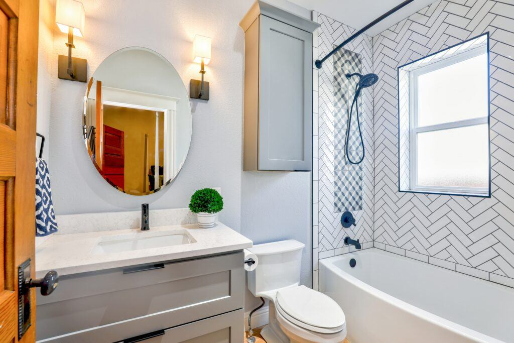 Drewno, biel, szarość i szkło - łazienka w stylu skandynawskim