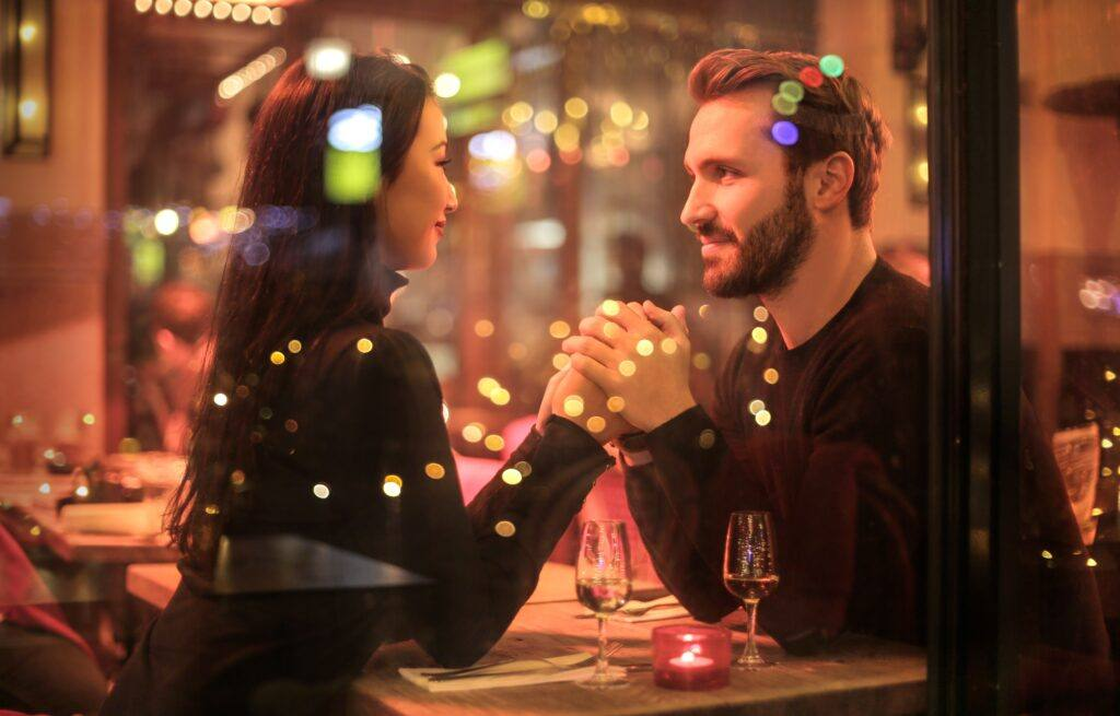 romantyczna kolacja jako pomysł, co robić w walentynki