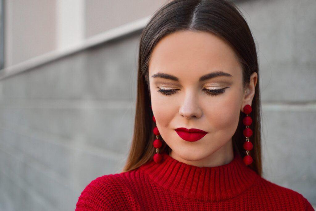 kobieta ma pomalowane usta szminką na czerwono