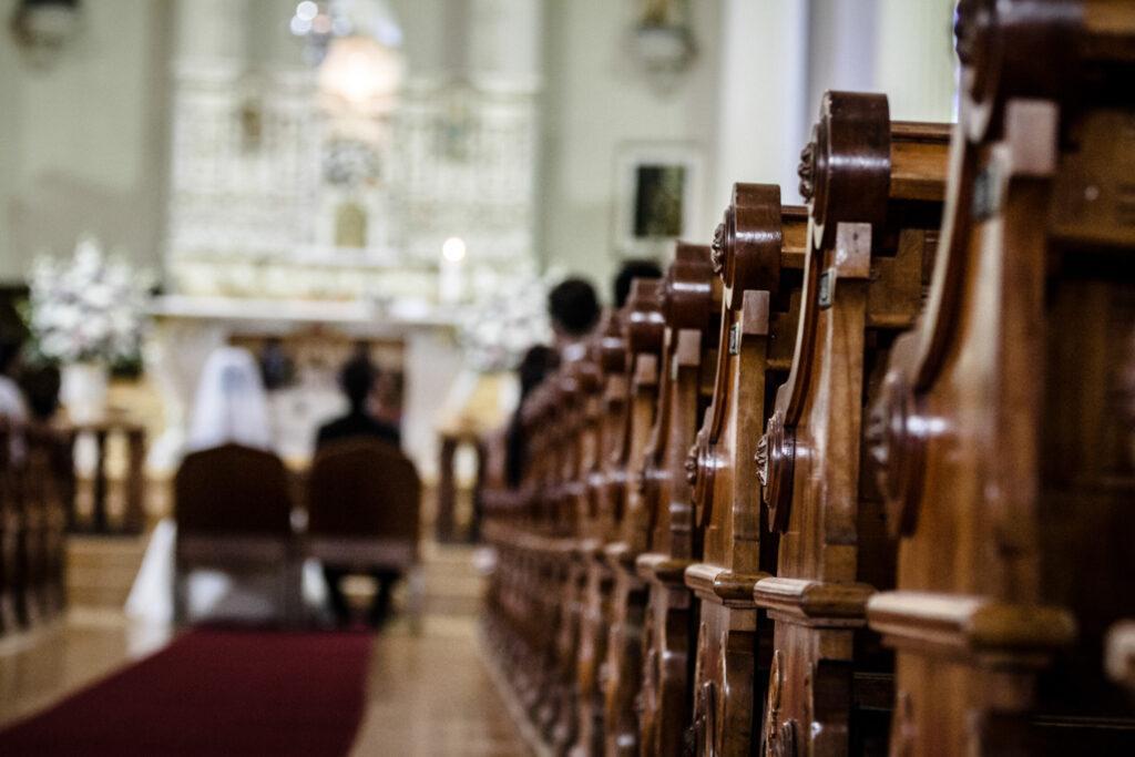Para młoda w kościele podczas ceremonii zaślubin - nowe zasady ślubu kościelnego