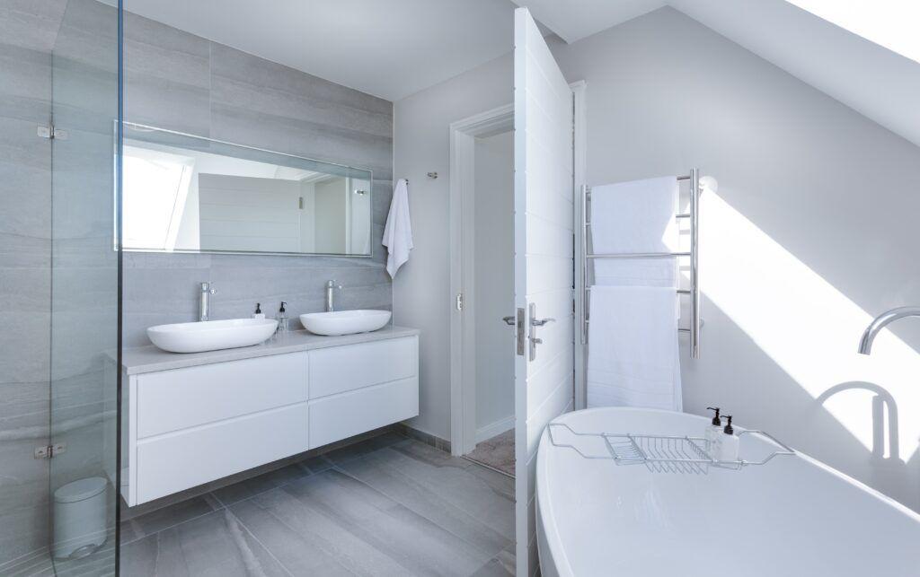 Nowoczesna, biała i minimalistyczna łazienka w stylu skandynawskim