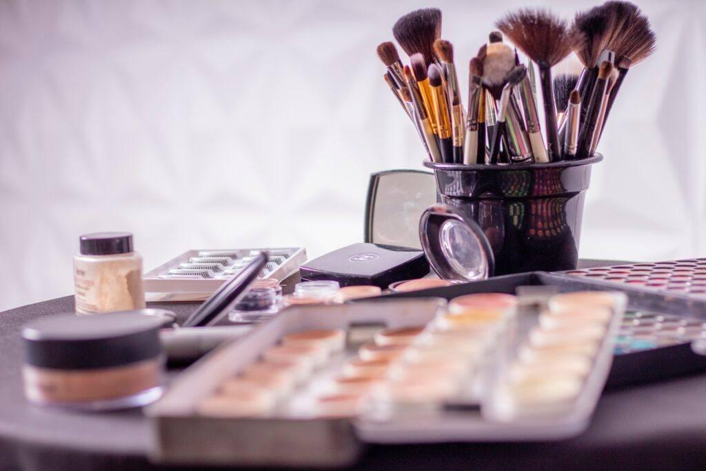 kosmetyki mineralne i pędzle do makijażu
