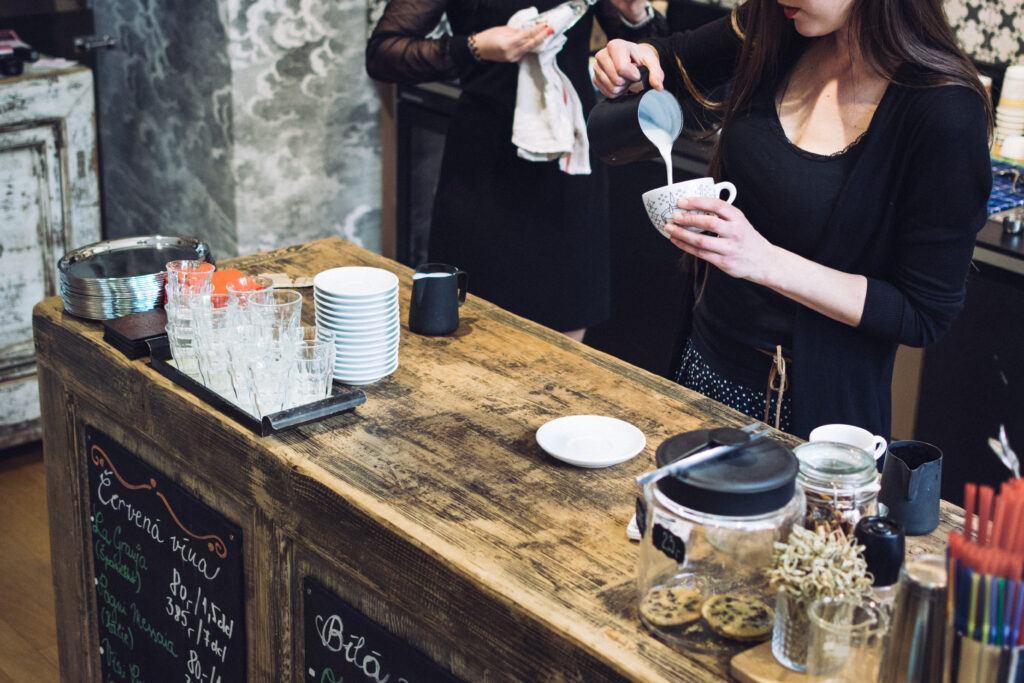 Coffee bar - barista przygotowujący kawę