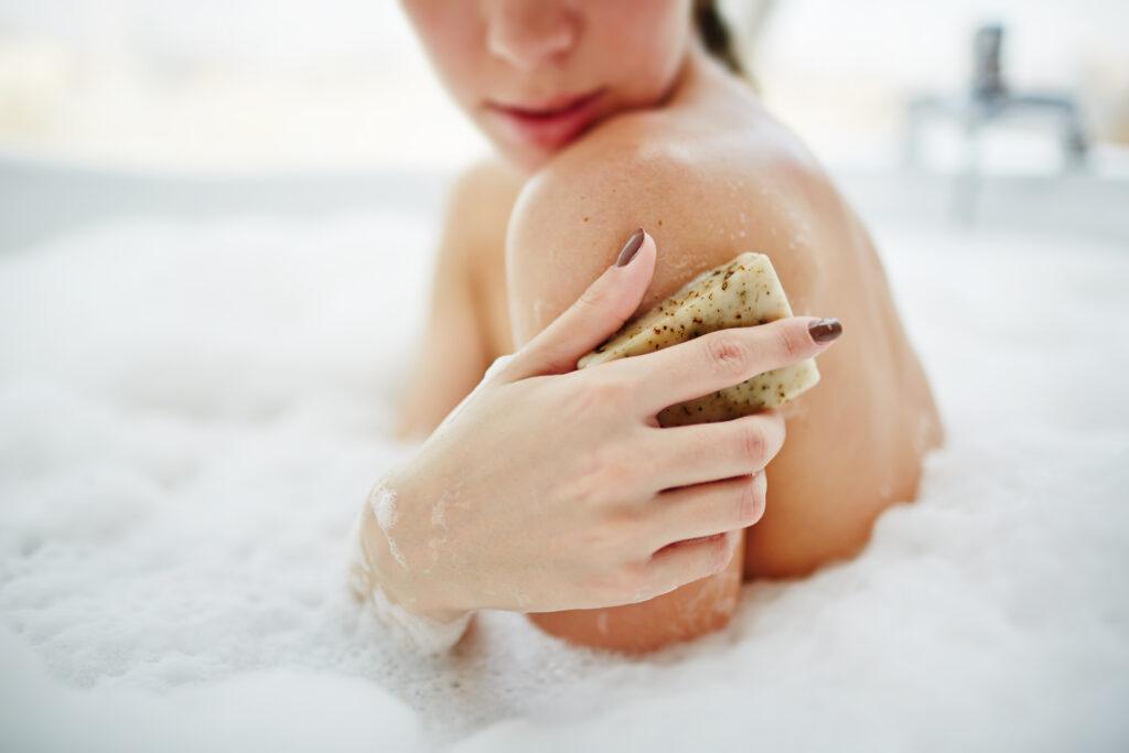kobieta wykonująca peeling w domu