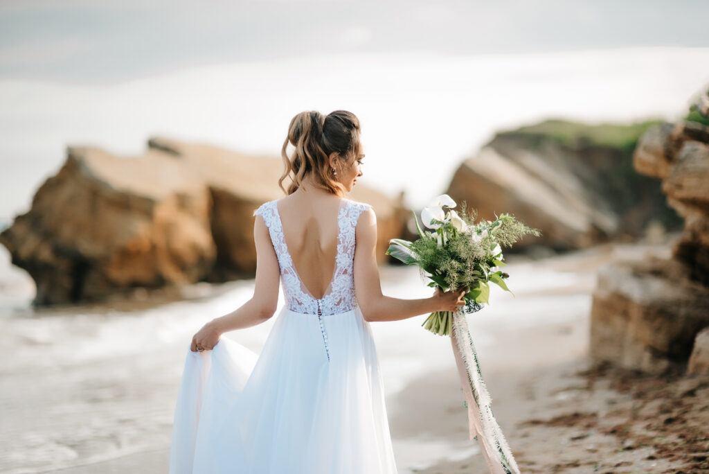 panna młoda i ślub na plaży