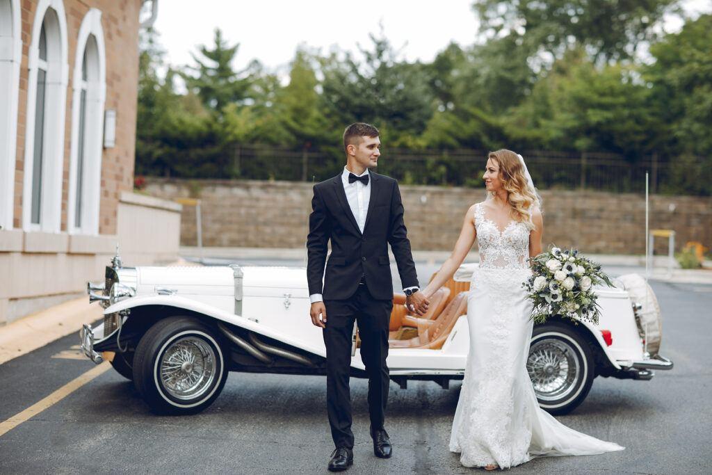 Biały zabytkowy samochód do ślubu