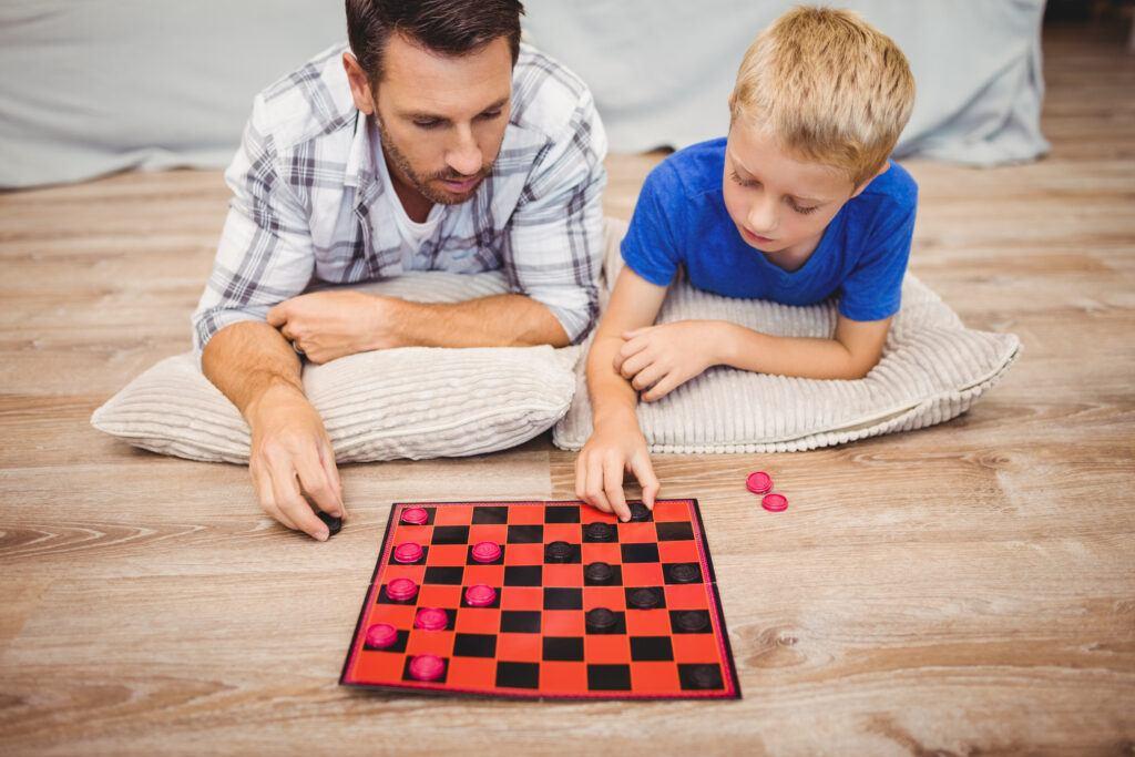 Tata i syn grają w gry planszowe