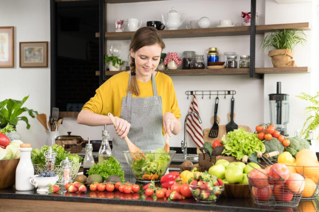 kobieta gotująca obiad w kuchni