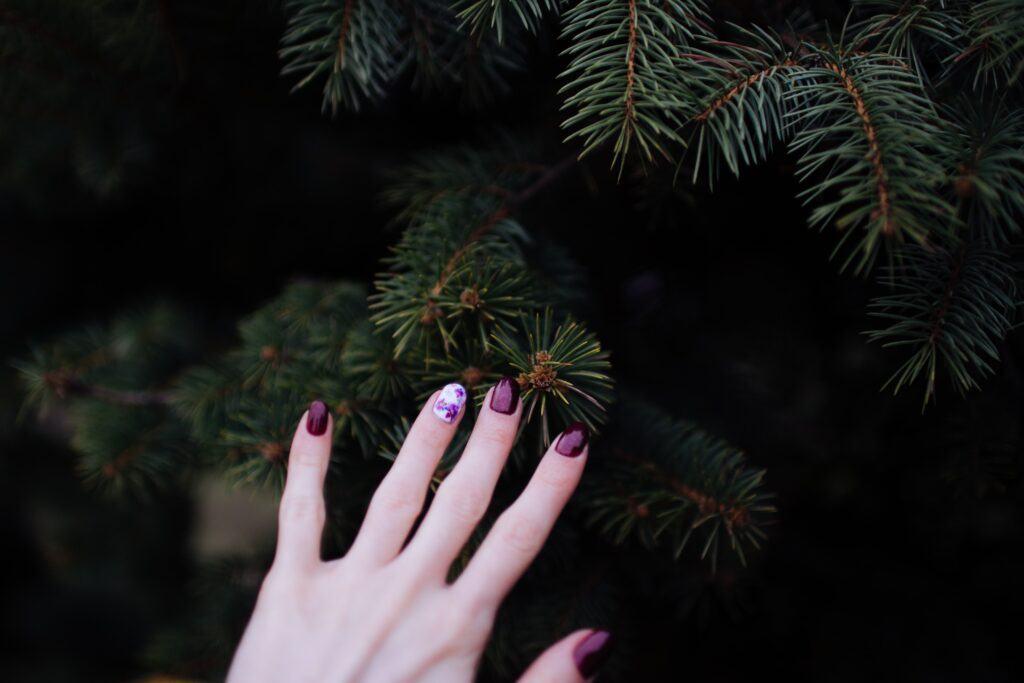 zadbana dłoń z pomalowanymi paznokciami