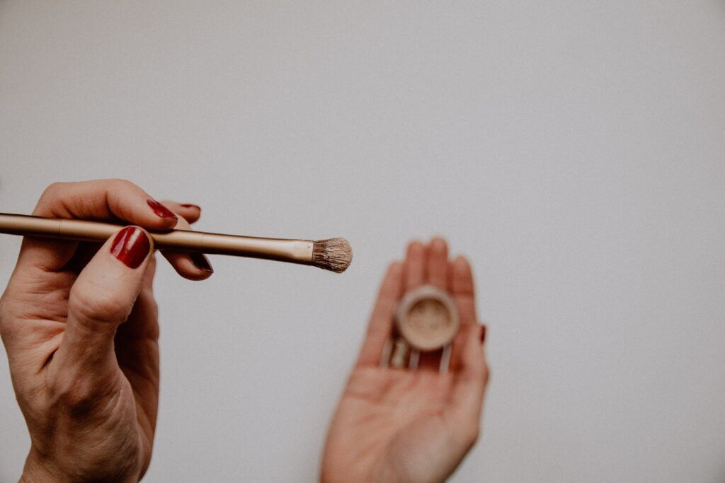 nakładanie pędzlem kosmetyku mineralnego