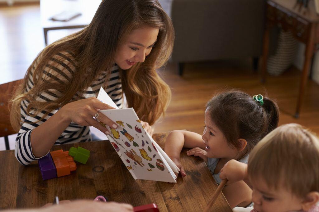 Co można robić w domu z dziećmi? Czytanie i wspólne zabawy DIY