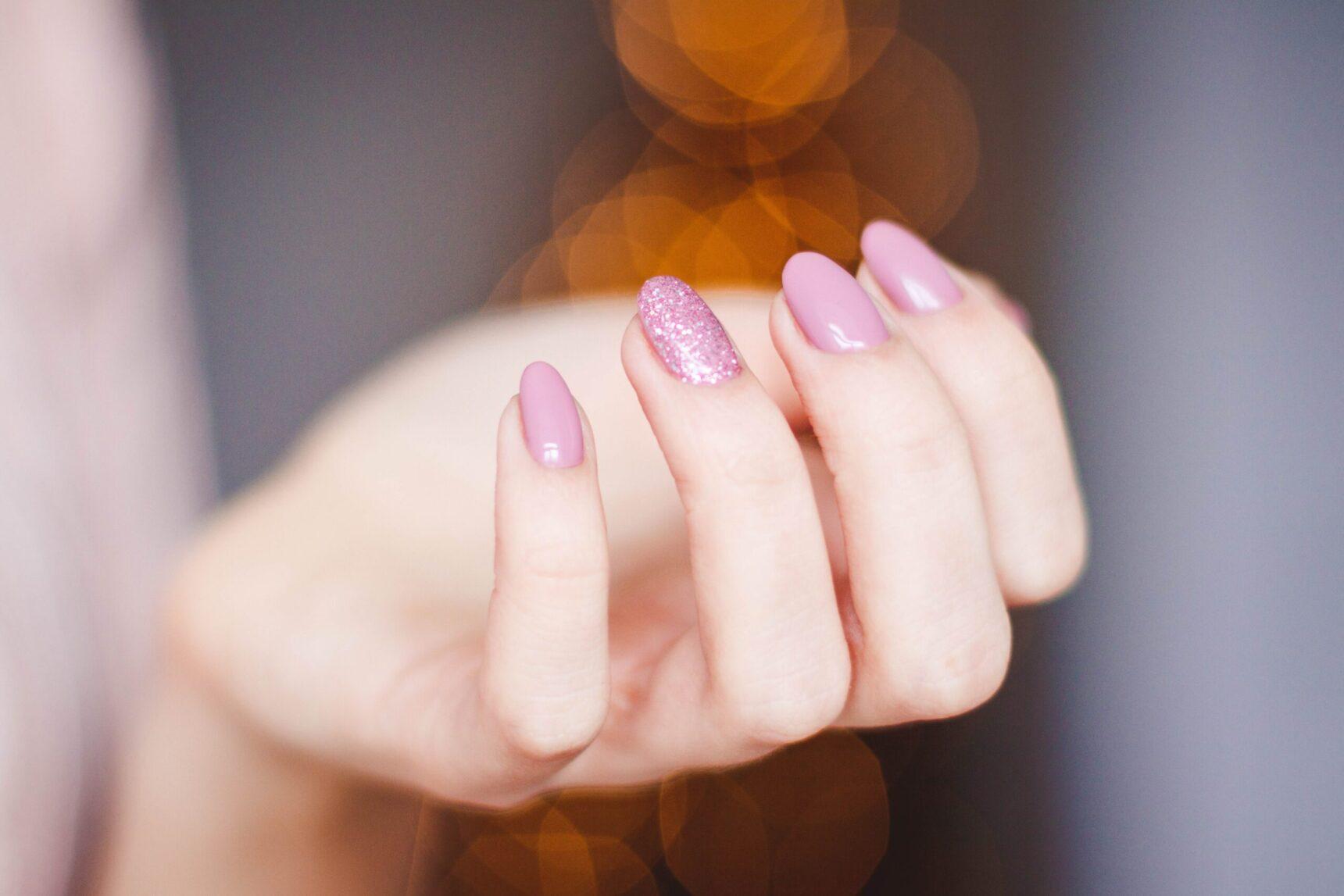 Manicure tytanowy – poznaj tę metodę stylizacji paznokci!