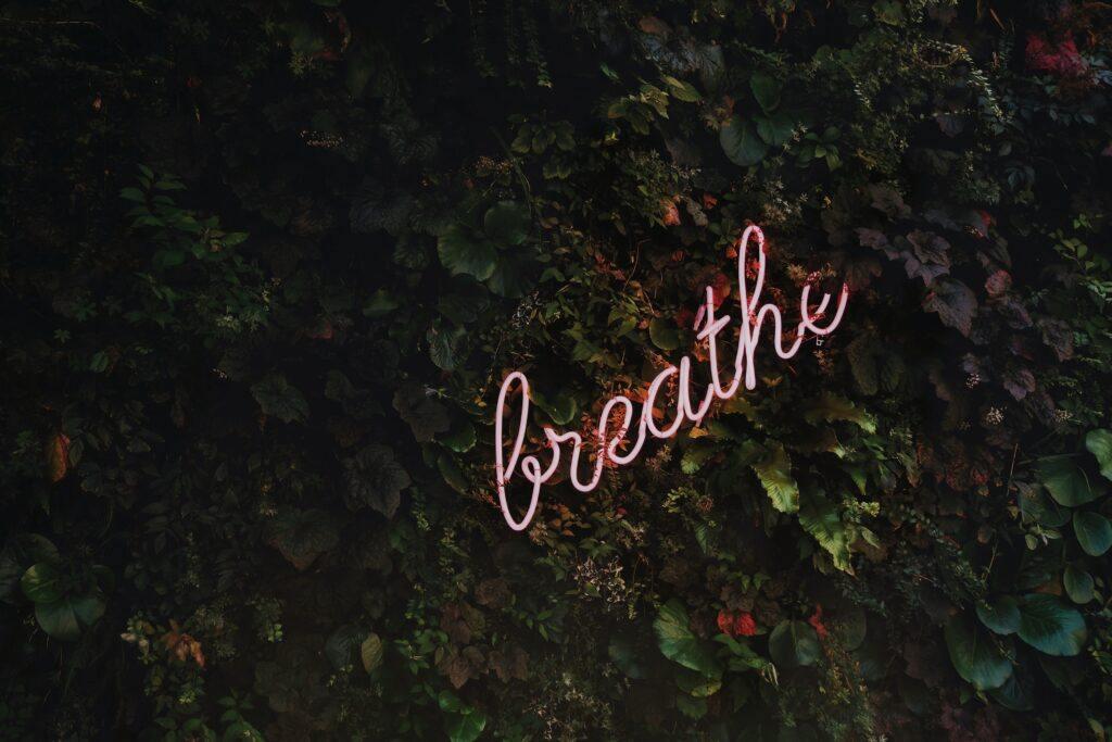 napis neonowy breathe