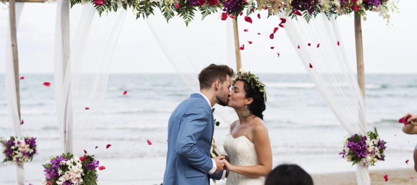 Ślub na plaży – o czym należy pamiętać, wybierając taki rodzaj ceremonii?