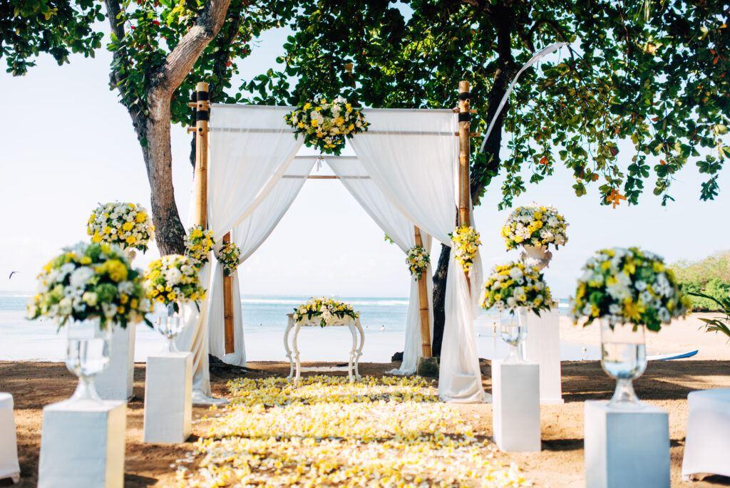 łuk ślubny - idealna dekoracja na ślub na plaży
