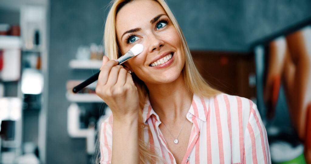 kobieta dbająca o rzęsy i skórę wokół oczu