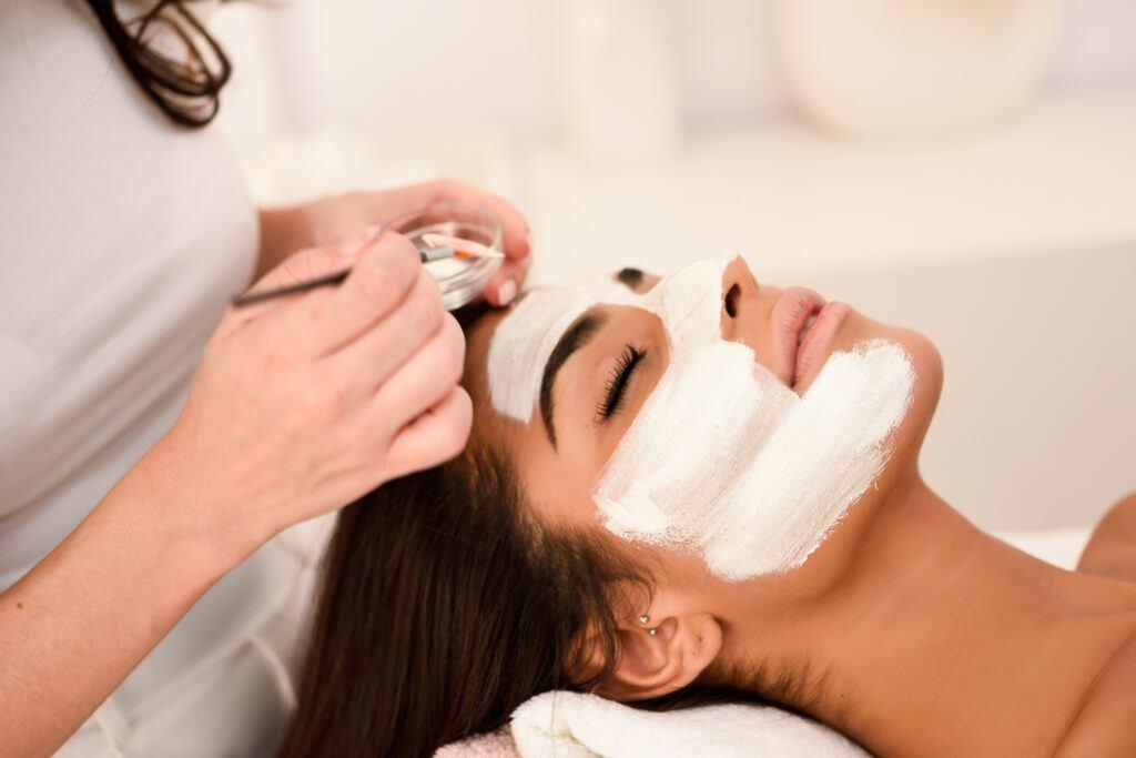 Nałożenie maski łagodzącej - manualne oczyszczanie twarzy