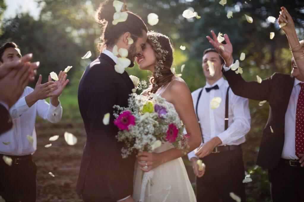 obsypywanie pary młodej płatkami kwiatów