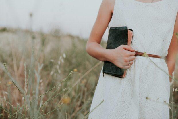 """""""Biały jest zarezerwowany dla panny młodej i tego się trzymajmy"""", czyli czy wypada założyć białą sukienkę na wesele?"""