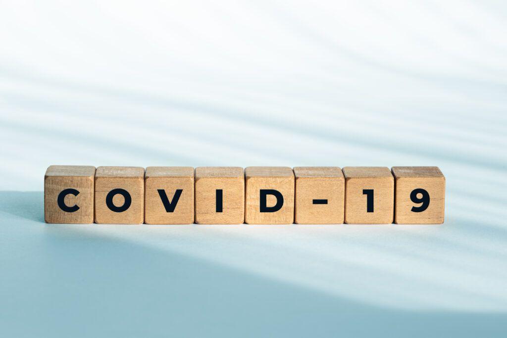 COVID-19-  napis ułożony z drewnianych klocków