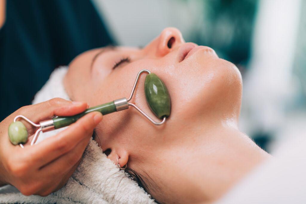 masaż twarzy wałeczkiem jadeitowym