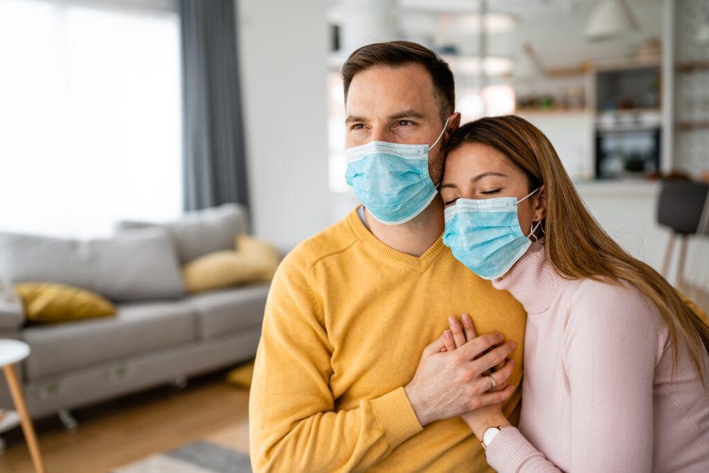 kobieta i mężczyzna w maseczkach w czasie epidemii koronawirusa